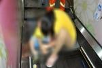 Chạy chơi rồi té ngã, cậu bé bị kẹt 'vùng kín' trong thang cuốn