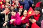 Clip: Hàng nghìn CĐV cuồng nhiệt hát vang chào đón U23 về nước