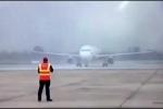 Clip: Chuyên cơ chở U23 Việt Nam hạ cánh xuống sân bay Nội Bài