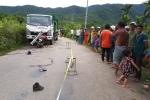 Xe máy găm chặt vào đầu xe tải chở rác, 2 người trọng thương