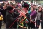 Đua nhau đút tiền vào ngực 'cô đồng' tại lễ hội ở Lạng Sơn gây phản cảm