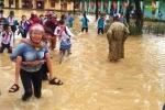 Đường phố Nghệ An biến thành sông, phụ huynh lội bì bõm đến trường cõng con về