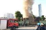 Video: Xe cấp cứu đem thi thể người mắc kẹt trong đám cháy nhà tôn ở phố Trung Kính ra ngoài