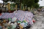 Kinh hãi bãi rác tràn nửa đường, bốc mùi hôi thối giữa Thủ đô