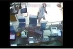 Video: Kẻ bịt mặt đã dùng súng cướp ngân hàng ở Trà Vinh thế nào?