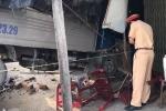 Xe tải gây tai nạn liên hoàn, tông sập nhà dân ven đường
