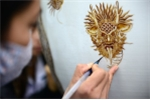 Cận cảnh vẽ vàng 24K trên gốm, giá vài chục triệu một sản phẩm ở Hải Dương