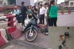 Xe máy tông xe đạp điện, người đàn ông rơi từ cầu Chương Dương xuống đất