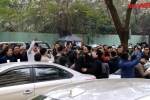 Video: Hàng trăm tài xế quây kín trụ sở Grab Car đòi giảm chiết khấu