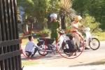 Clip: Không đội mũ bảo hiểm, 2 thanh niên bị CSGT phạt... xịt lốp xe