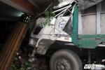 Tận mắt nhìn xe tải lao vào nhà, cả gia đình thoát chết trong gang tấc