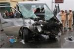Hiện trường xe khách đón dâu tông xe tải, 16 người thương vong