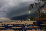 Video: Đám mây khổng lồ hình thù kỳ lạ xuất hiện tại bãi biển Sầm Sơn