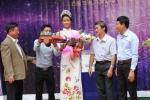 Hoa hậu Hoàn vũ H'Hen Niê được tặng xe công nông khi về thăm trường cũ