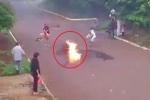 Clip: Tông trúng chó thả rông, xe máy văng ra đường, cháy ngùn ngụt