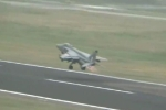 Clip: Chiến đấu cơ Ấn Độ va trúng cả đàn chim, phi công phải thả bom hàng loạt