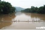 """Ảnh: Dân Lạng Sơn """"diễn xiếc"""" trên cầu tre dài 100m bắc qua sông"""