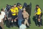 Clip: Trọng tài bị cầu thủ đuổi đánh chạy khắp sân