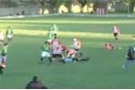 Clip: Bị phạt thẻ vàng, cầu thủ đấm trọng tài ngất xỉu ngay trên sân