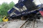 Clip: Chết máy giữa đường, xe tải bị tàu hỏa đâm nát