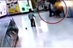 Video: Dẫn em đi mua bim bim, bé gái bị bố đánh đập dã man, quăng quật như đồ vật gây phẫn nộ