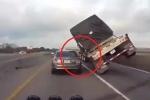 Clip: Pha ôm cua 'rợn người' của xe tải khiến tài xế ô tô con hú vía