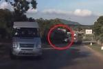 Clip: Đánh lái tránh xe khách, xe tải lật nhào, suýt đè nát ô tô con