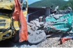 Xe chở xi măng đâm trực diện ô tô tải chở dăm gỗ, 2 tài xế thương nặng