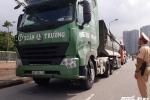 Bị CSGT Hà Nội dừng xe kiểm tra, tài xế xe tải cố thủ trên xe 30 phút