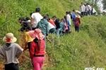 Hàng trăm giáo viên, học sinh khoét núi đưa nước về khu nội trú