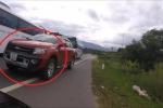 Clip: Ô tô bán tải vượt kiểu giết người, suýt gây họa thảm khốc cho biker