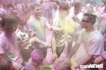Hàng ngàn người bốc bột màu lao vào ném nhau, quậy tưng bừng Lễ hội Sắc màu tại Hà Nội