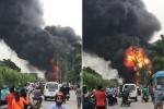 Clip: Cháy ngùn ngụt cạnh đại lộ Thăng Long, khói đen cuồn cuộn kín trời