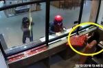 Clip: Cướp đập mãi không vỡ tủ kính, nữ nhân viên tự giác dâng vàng