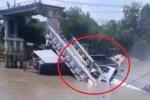 Clip: Hiện trường sập cầu ở Đồng Tháp, xe tải và xe ba gác rơi xuống sông