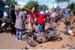 Ô tô chạy lấn làn tông văng 2 xe máy, 2 người bị thương
