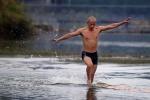 Video: Tuyệt kỹ chạy trên mặt nước của cao tăng Thiếu Lâm