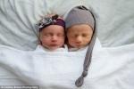 Video: Cảm động giây phút cặp song sinh an ủi nhau khi chào đời