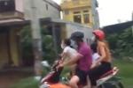 Đại gia đình kẹp 4, bố mẹ đội mũ bảo hiểm đẩy con cái vào chỗ nguy hiểm