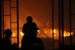 Cháy nổ lớn ở công ty may, hơn 100 cảnh sát trắng đêm phá tường dập lửa