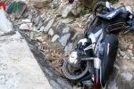 Xe máy mất phanh khi xuống dốc, 2 mẹ con chết thương tâm