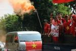 CĐV đốt pháo, tiếp lửa cho U19 Việt Nam