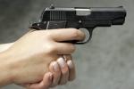 Bị chê nấu ăn dở, vợ cầm súng bắn vào đầu chồng