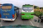 Clip: Coi thường luật pháp, hai xe khách ngang nhiên dừng đỗ giữa quốc lộ, mặc các xe nhấn còi xin vượt