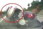 Clip: Húc đuôi xe trước, ô tô Santa Fe lật nhào như phim ở Quảng Ninh
