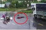 Clip: Xe máy phóng bạt mạng giữa trời mưa, tông xe tải ngược chiều ở Lâm Đồng