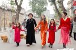 Mẫu nhí Hà thành diện áo dài rạng rỡ xuống phố đón Xuân
