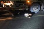 Xe máy va chạm với xe tải, người và xe bị kéo lê 20m