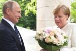 Video: Tổng thống Putin tặng hoa hồng cho Thủ tướng Merkel