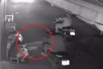 Clip: Chơi điện thoại trước cửa bị cướp phi xe máy giật phăng trong 1 nốt nhạc